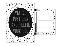 Kaart A6 met tekst ''Via de post een knuffeltje voor jou .''. 10.5 bij 14.8