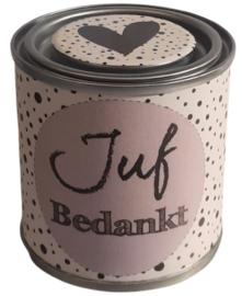 Blikje met tekst ''Juf Bedankt'' lila, blikje is  hoog 6,2 cm bij 6,2 cm met snoepjes