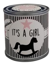 Blikje met tekst ''It's a girl'' blikje is  hoog 6,2 cm bij 6,2 cm met snoepjes