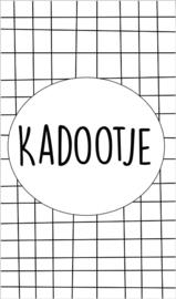Kaartje met tekst ''Kadootje'' 5 bij 8.5 cm.