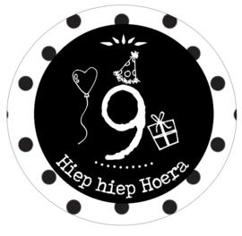 Button met cijfer 9 en tekst ''Hiep hiep Hoera'' 56mm.
