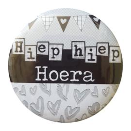 Button met tekst ''Hiep hiep Hoera'' 56mm.