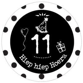 Button met cijfer 11 en tekst ''Hiep hiep Hoera '' 56mm.