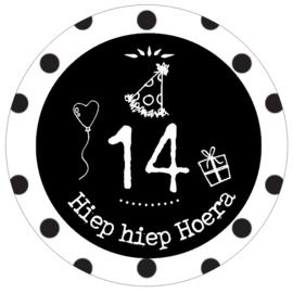 Button met cijfer 14 en tekst ''Hiep hiep Hoera '' 56 mm.