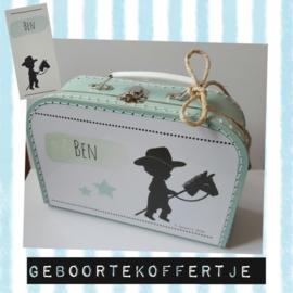 Koffertje 30 cm met afbeelding van het geboortekaartje.
