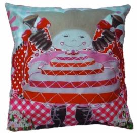 Marlijnpoppendijn sierkussen 45 bij 45 cm popje taart rood polka achterkant.