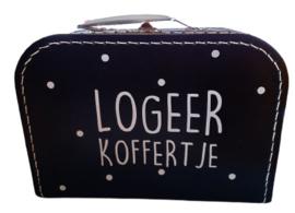 """Koffertje met tekst """"""""Logeer koffertje'' 25 cm."""