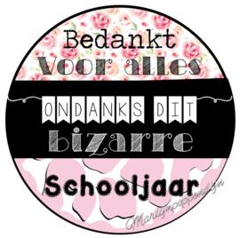 Sticker met de tekst '' Bedankt voor alles ondanks dit bizarre schooljaar'' 6 cm doorsnee.