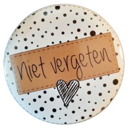 Button magneet 75mm met tekst ''Niet vergeten''.