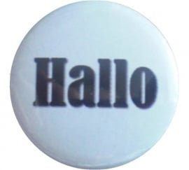 Button 25 mm wit met zwarte tekst hallo.