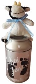 Melkbus spaarpotje blauw strikje met voetjes naam en datum met koe knuffeltje / melkbusje is 14 cm hoog.