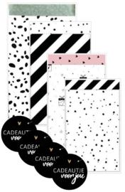 4 verschillende zakjes 12 bij 19 cm, met 4 stickers met tekst ''cadeautje voor jou'' 4 cm doorsnee.
