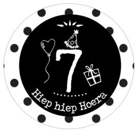 Button met cijfer 7 en tekst ''Hiep hiep Hoera'' 56mm.