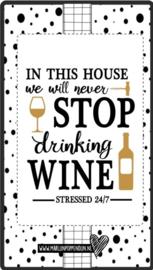 Fles etiket, leuk je fles net even anders te maken, met tekst ''in this house we never stop drinking wine ''. 6.5 bij 11.5 cm