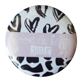 Button spiegel met tekst ''Voor de liefste juf'' 56mm.