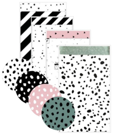 4 verschillende zakjes 12 bij 19 cm, met 4 verschillende stickers 4 cm doorsnee.