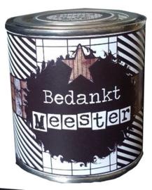 Blikje met tekst ''bedankt Meester'' hoog 7.5 cm doorsnee 7.5 cm. met toffee's.