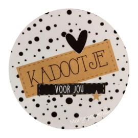 Sticker rond 4 cm met tekst '' kadootje voor jou''.