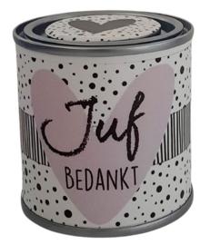 Blikje met tekst ''Juf Bedankt'' blikje lila hartje  is  hoog 6,2 cm bij 6,2 cm met snoepjes