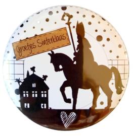 Magneet button 75mm met tekst ''Groetjes Sinterklaas''.