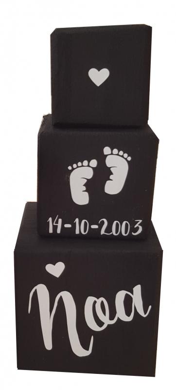 Stapelblokken met hartje voetjes datum en naam.