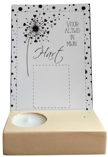 kaarthouder plankje 10,5 x 7 met waxinelichtje en gaatjes voor droogbloemen zonder kaart.