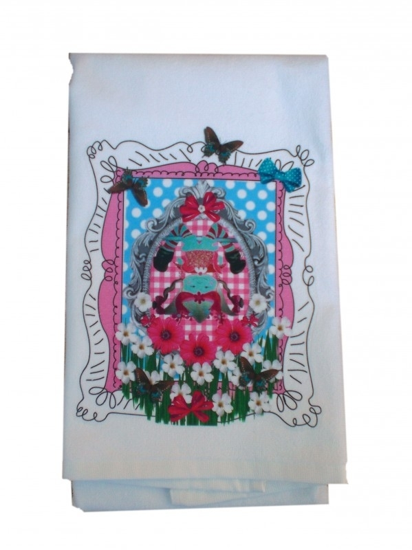 Handdoek 50 bij 100 meisje theepot pop op zijn kop in lijsje.