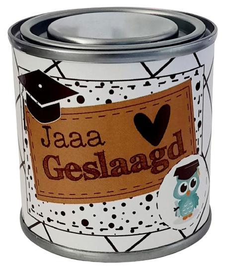 Blikje met tekst ''Jaaa geslaagd'' blikje is  hoog 6,2 cm bij 6,2 cm met snoepjes