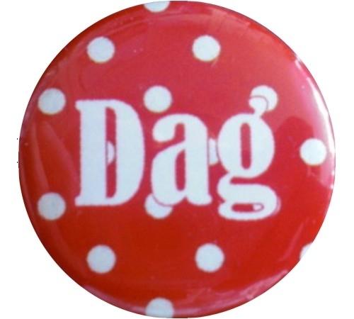 Button  polkadot rood en en witte tekst dag.