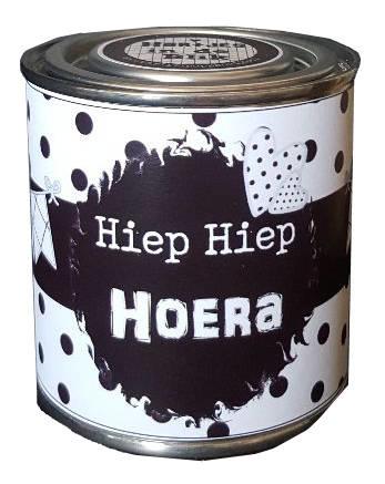 Blikje met tekst ''Hiep Hiep Hoera'' hoog 7,3 cm doorsnee 7,7 cm. met hartjes.