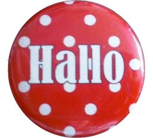 Button polkadot rood en en witte tekst hallo.