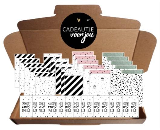 20 zakjes 12 bij 19 cm, 20 stickers 4 cm ''cadeautje voor jou'' , 20 kleine kaartjes met tekst ''Kadootje van mij''