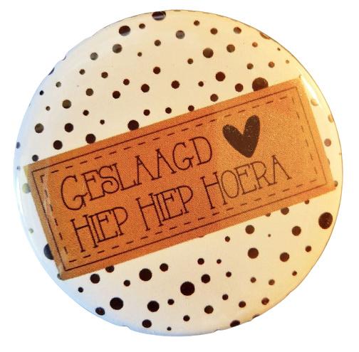 Button met tekst ''Geslaagd Hiep Hiep Hoera'' 56mm.
