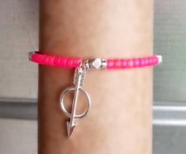 Neon roze armbandje met pijl