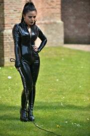 In de mooie zwarte lak catsuit