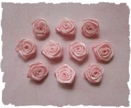 (RM-003) 10 satijnen roosjes - lichtroze - 15mm