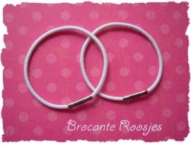 (HE-001) 2 Haar-elastiekjes - smal - passend voor de stofknoopjes - wit