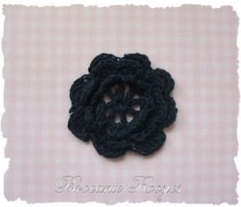 (BLh-067) gehaakte bloem - donkerblauw - 4cm
