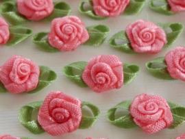 (Rb-034a) 10 satijnen roosjes met blaadje - zacht roze 2cm