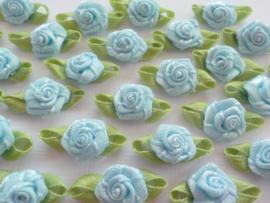 (Rb-037) 10 satijnen roosjes met blaadje - licht blauw - 2cm