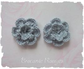 (BLh-053) 2 gehaakte bloemen - grijs - 25mm