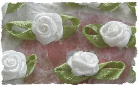 (Rb-030) 10 satijnen roosjes met blaadje - wit - 2cm