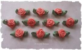 (RMb-024a) 10 satijnen roosjes met blaadje - perzik - 27mm