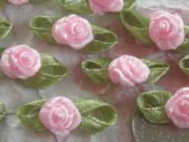 (Rb-032) 10 satijnen roosjes met blaadje - licht roze - 2cm