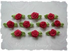 (Rb-036) 10 satijnen roosjes met blaadje - donkerrood - 2cm