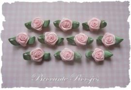 (RMb-021) 10 satijnen roosjes met blaadje - licht roze - 27mm