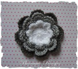 (BLh-079) Gehaakte bloem - 4 kleuren - wit/zilver/grijs/d.grijs - 50-55mm