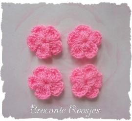 (BLh-006) 4 gehaakte bloemetjes - roze - 2cm