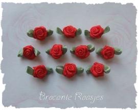 (Rb-009) 10 satijnen roosjes met blaadje - rood - 17mm