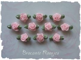 (Rb-003) 10 satijnen roosjes met blaadje - lichtroze - 17mm